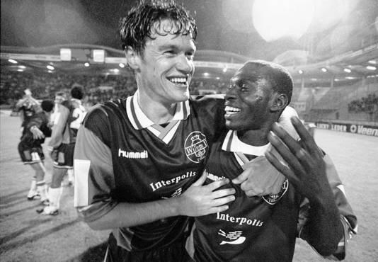 Arno Arts viert een 3-0 overwinning met Willem II op Dinamo Tbilisi in de Uefa Beker met Jatto Ceesay.