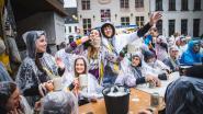 """Studenten trotseren regen op Beiaardcantus: """"Verbroederen met bier èn water van de tap"""""""