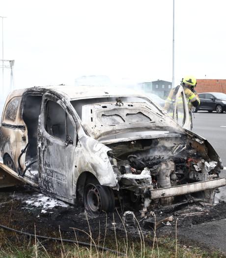 Bestelbus door vlammen verwoest op A2