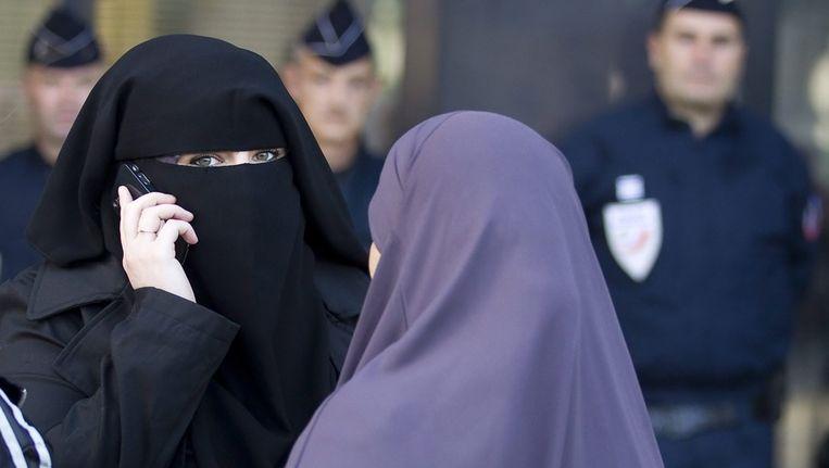 Vrouwen in Niqab in afwachting van de uitkomst van een rechtszaak in Meaux, in september vorig jaar. Beeld EPA