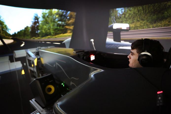 Job van Uitert uit Dongen rijdt  op het legendarische Le Mans.  Hij traint ondermeer in een simulator bij Adrenaline Control in Rijen. FOTO: RAMON MANGOLD/ PIX4PROFS