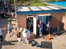 Vrijwilligers boenen De Groene Jager in Den Ham helemaal schoon