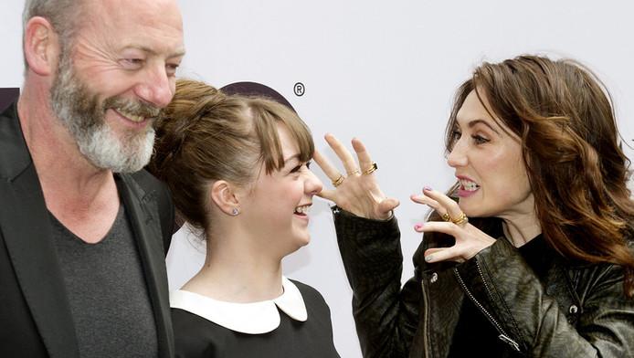 Acteurs Liam Cunningham, Maisie Williams en Carice van Houten tijdens de opening van een tentoonstelling rondom de serie Game of Thrones, mei 2013.