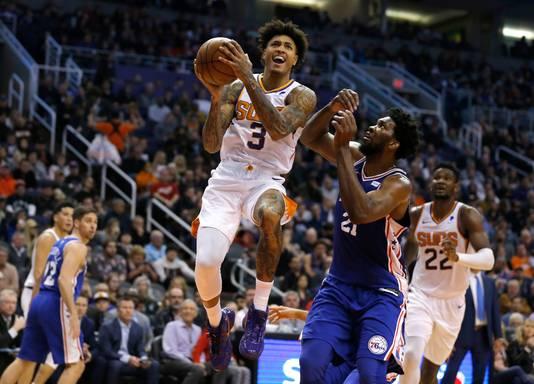 Phoenix Suns' Kelly Oubre Jr. (links) vliegt langs Joel Embiid.