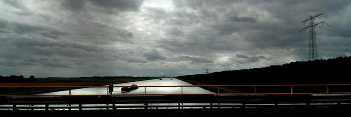 Uitzicht vanaf de brug over het Schelde-Rijnkanaal. foto Lex de Meester
