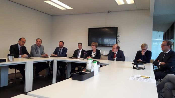 De acht Achterhoekse burgemeesters op een rij bij de bekendmaking van de gezamenlijk aanpak van ondermijning in de regio.