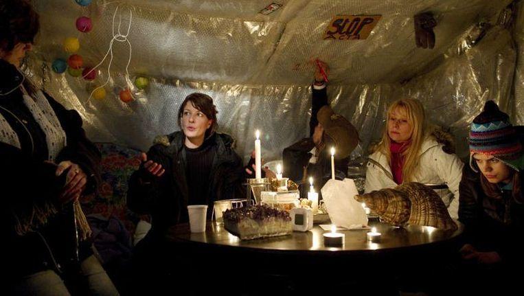 Bij Occupy Den Haag op het Malieveld werd gisteren gediscussieerd in een zelfgemaakte, enigszins tegen de kou geïsoleerde tent. ©Inge van Mill Beeld