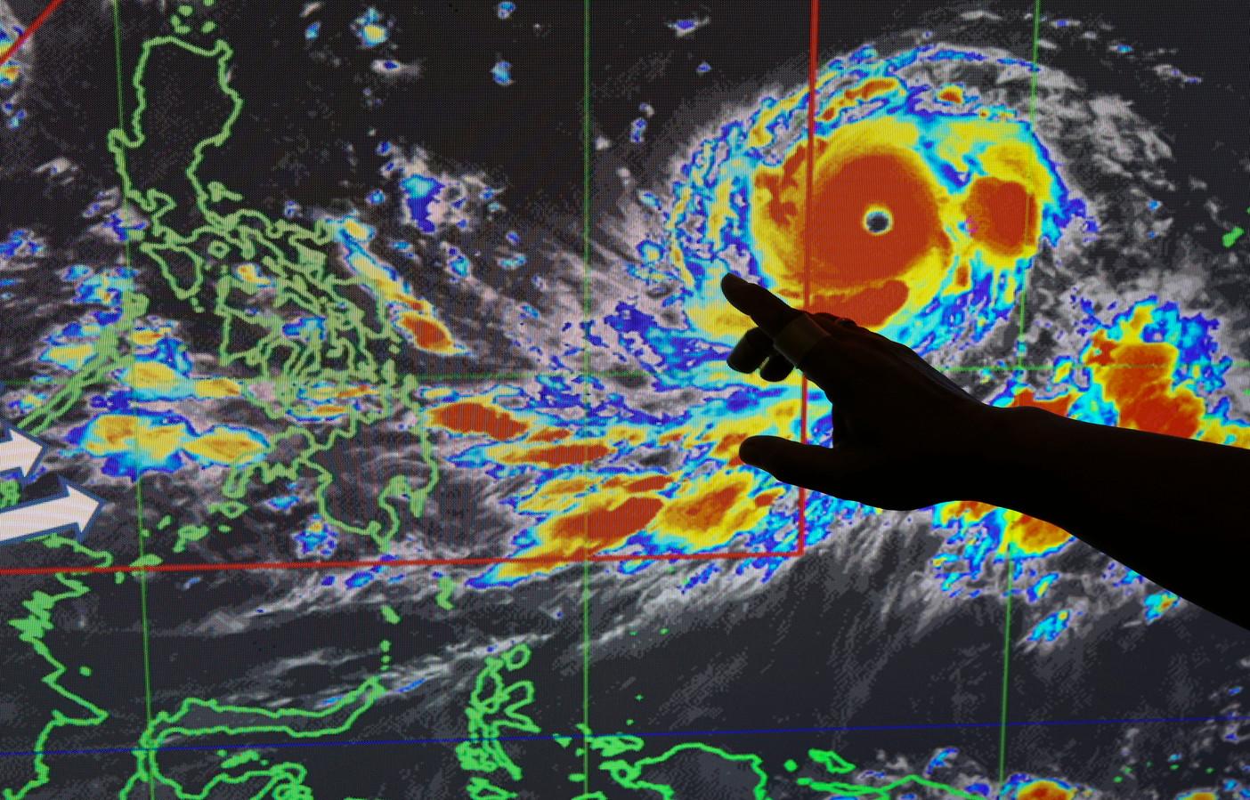 Een Filipijnse weerman wijst de route van tyfoon Mangkhut aan, die lokaal de naam Ompong draagt