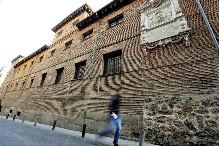 Een voetganger loopt voorbij het Madrileense gebouw waar Cervantes vermoedelijk begraven ligt. Beeld epa