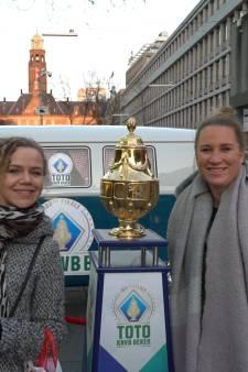 Rotterdammers op de foto met gouden 'dennenappel'