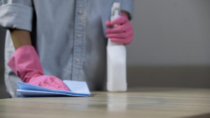 Een schoonmaakbedrijf kreeg een flinke boete omdat het personeel te lang en voor een te laag loon liet werken.