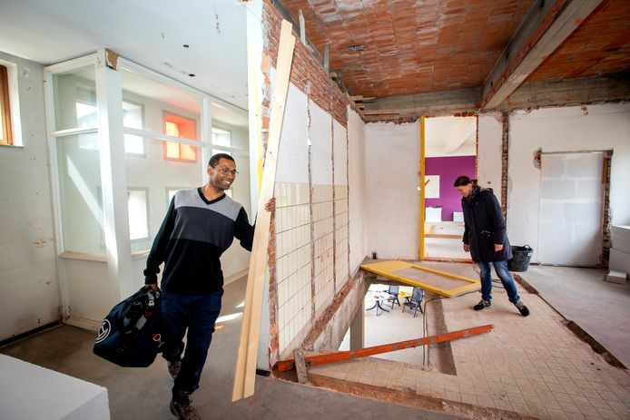 Alan Siasdis en Karin Knijnenburg verbouwen klaslokalen in een oude basisschool om tot hun droomhuis. Het gat in de grond op de bovenverdieping verklapt waar de trap komt.