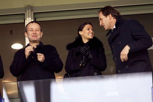 Alexander Tsjigirinski (links) op de tribune bij Vitesse. Uiterst rechts Joost de Wit.