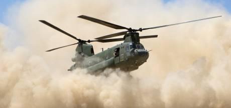 Helikopters Gilze-Rijen oefenen landing in enorme stofwolk