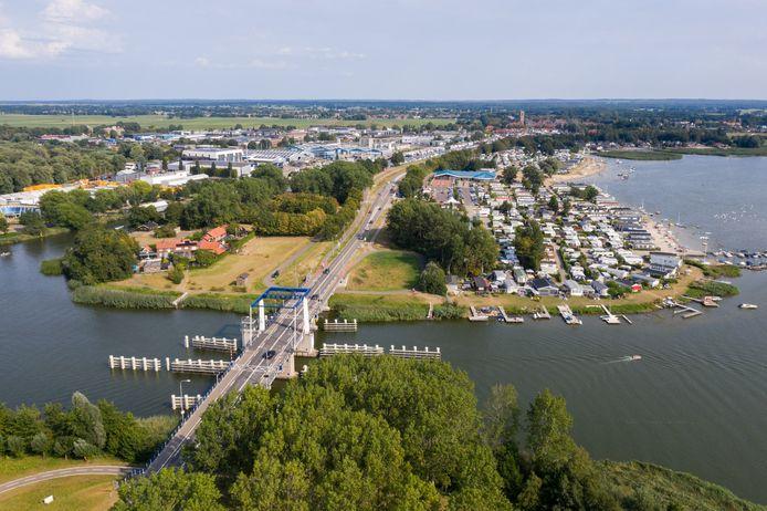 De probleembrug gezien vanuit de lucht, met Elburg op de achtergrond.