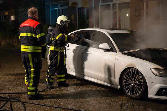 Auto in brand gestoken in Wouw. Foto Christian Traets  / Maricmedia