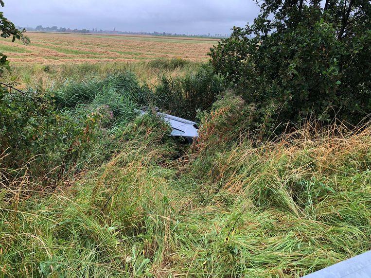De Citroën Picasso belandde de diepe sloot. Als bij wonder raakten de inzittenden lichtgewond.