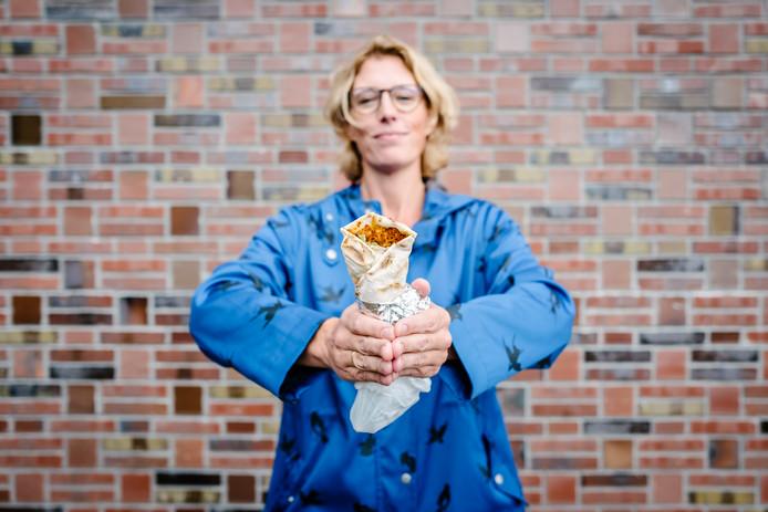 Columniste Marieke Dubbelman met een turkse pizza.