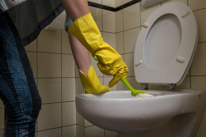 Een toilet wordt schoongemaakt