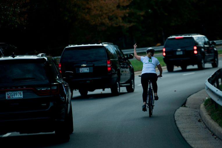 De foto die de wereld rondging werd gemaakt door Brendan Smialowski, de Witte Huis-fotograaf van het Franse persbureau AFP die meereed in het gevolg van de president. De foto kostte Julie Briskman haar baan.