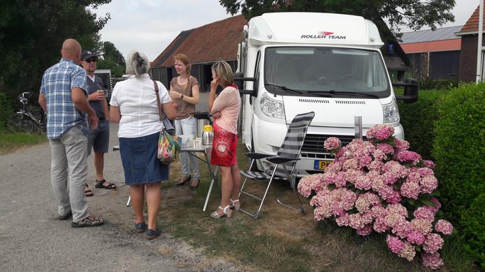 Geïnteresseerde ondernemers praten op minicamping de Krukel in Borssele met ambtenaren van de gemeente Borsele over de proef met camperplaatsen.