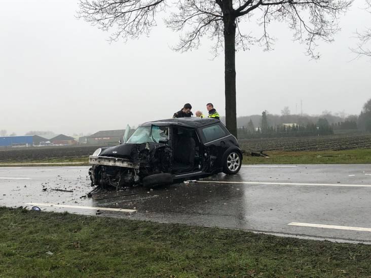 Automobilist botst tegen boom en raakt bekneld, weg dicht bij Ossendrecht