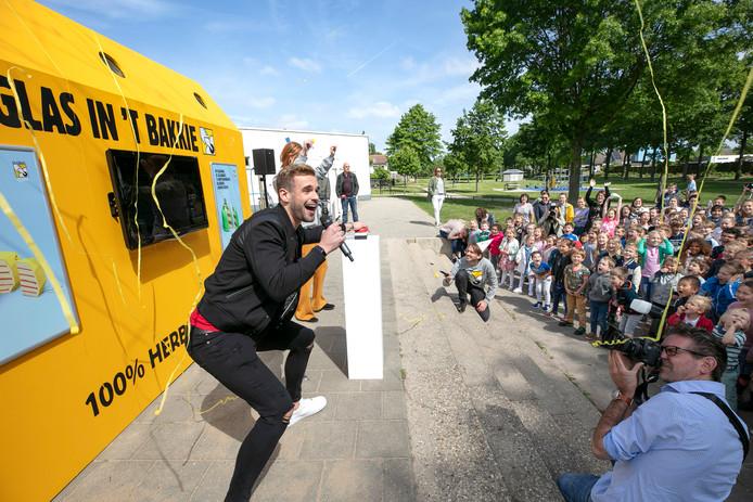 Op basisschool Merlijn in Den Bosch werd gevierd dat 40 jaar geleden de eerste glasbak in Nederland kwam te staan, en wel in Den Bosch. Het feest werd geopend door vlogger Thomas van Grinsven, die handtekeningen uitdeelde en met de leerlingen op de foto ging.