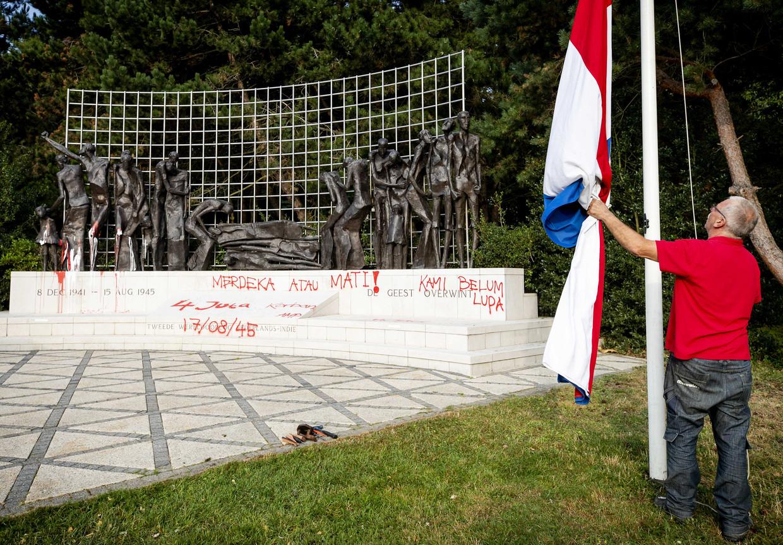 Het Indisch Monument na de bekladding afgelopen donderdag. Inmiddels is het monument schoongemaakt. Beeld ANP