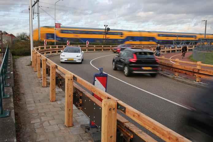 De gemeente Zutphen heeft de vangrail in de bocht van de Oude IJsselbrug vervangen voor stevige houten bielzen.