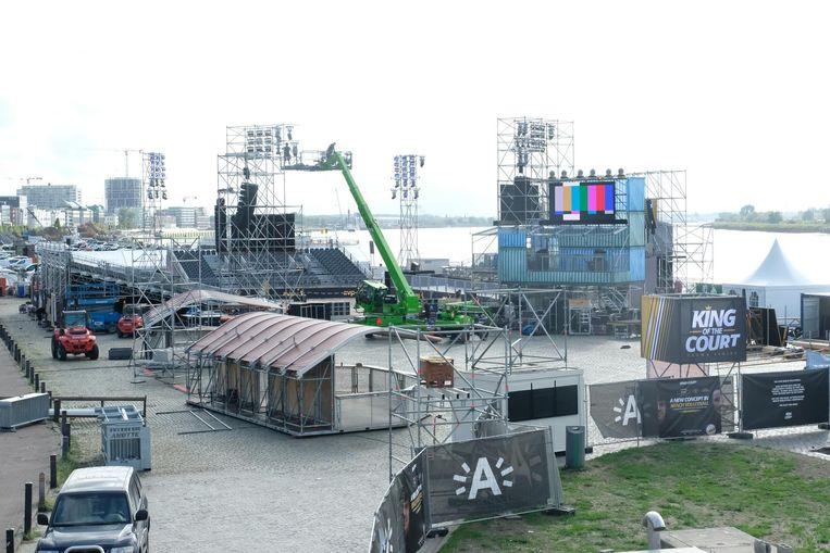 De opbouwvan het beachvolleystadion was gisteren volop bezig.