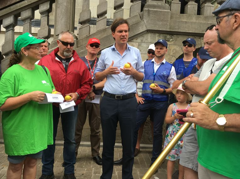 Mathias De Clecq sprak de betogers toe, citroen in de hand.