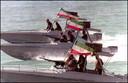 Foto ter illustratie. Leden van de Iraanse Revolutionaire Garde oefenen in speedboten.