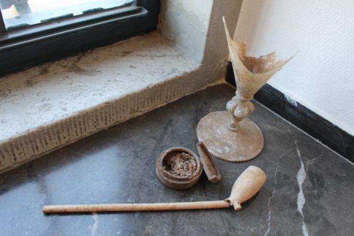 Enkele vondsten uit het middeleeuws toilet op Kasteel Helmond: een Goudse pijp, een houten doosje en een wijnglas.