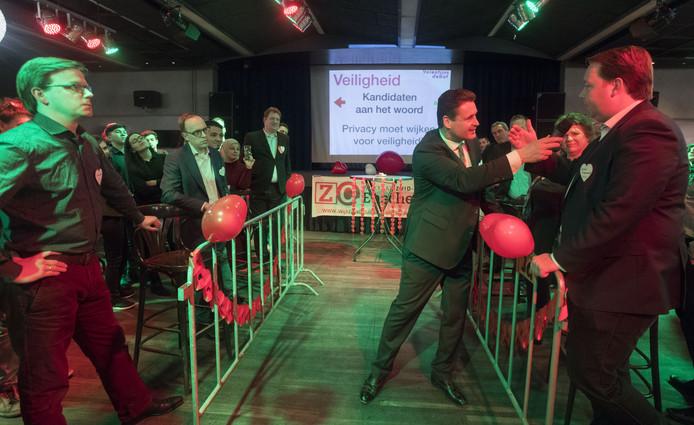 Lijsttrekkers, maar ook het publiek, werden uitgedaagd te reageren op de stellingen bij het Valentijnsdebat.