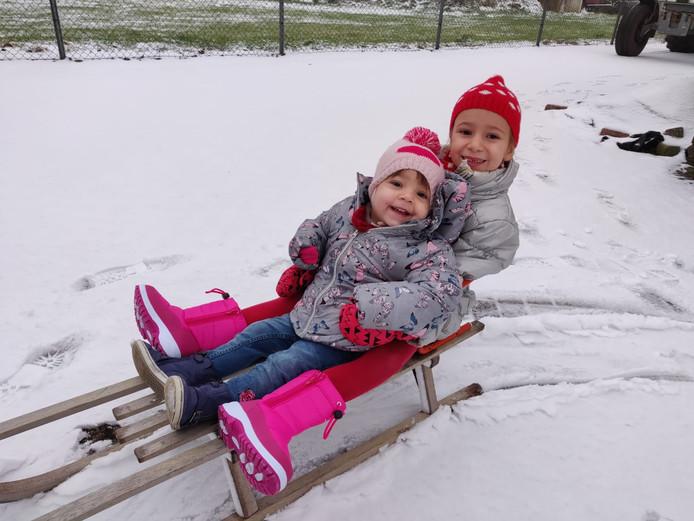 Ook met een slee kun je veel plezier beleven in de sneeuw.