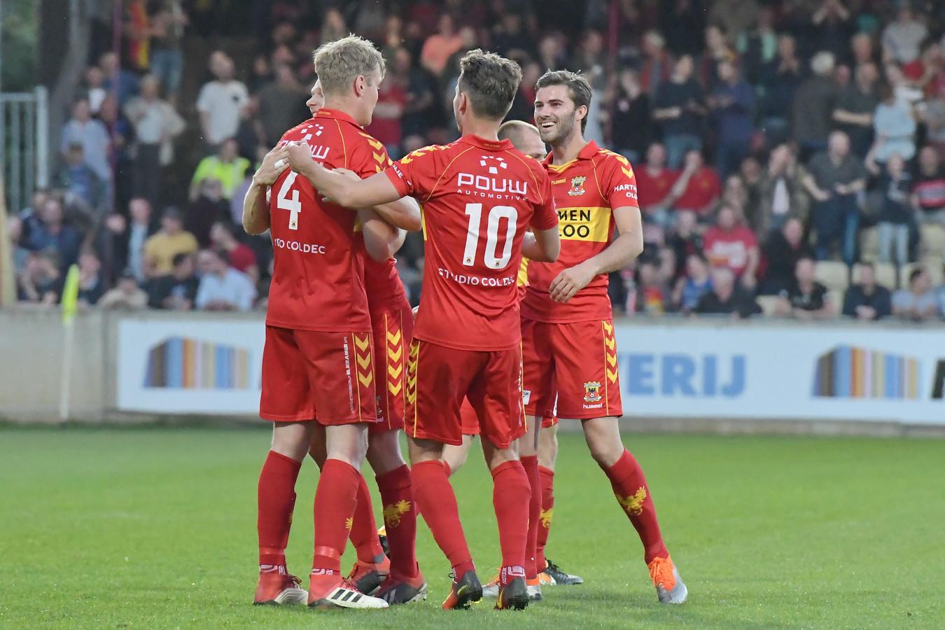 Jeroen Veldmate (4) wordt bejubeld na zijn doelpunt door Paco van Moorsel (10), Gino Bosz