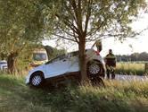 Auto raakt van de weg en schampt boom, lichtgewonde bij ongeluk in Strijbeek