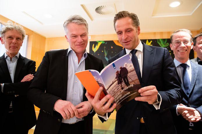Minister Hugo de Jonge van Volksgezondheid, Welzijn en Sport neemt het adviesrapport van Wouter Bos aan. Bos is de voorzitter van de commissie Toekomst zorg thuiswonende ouderen.