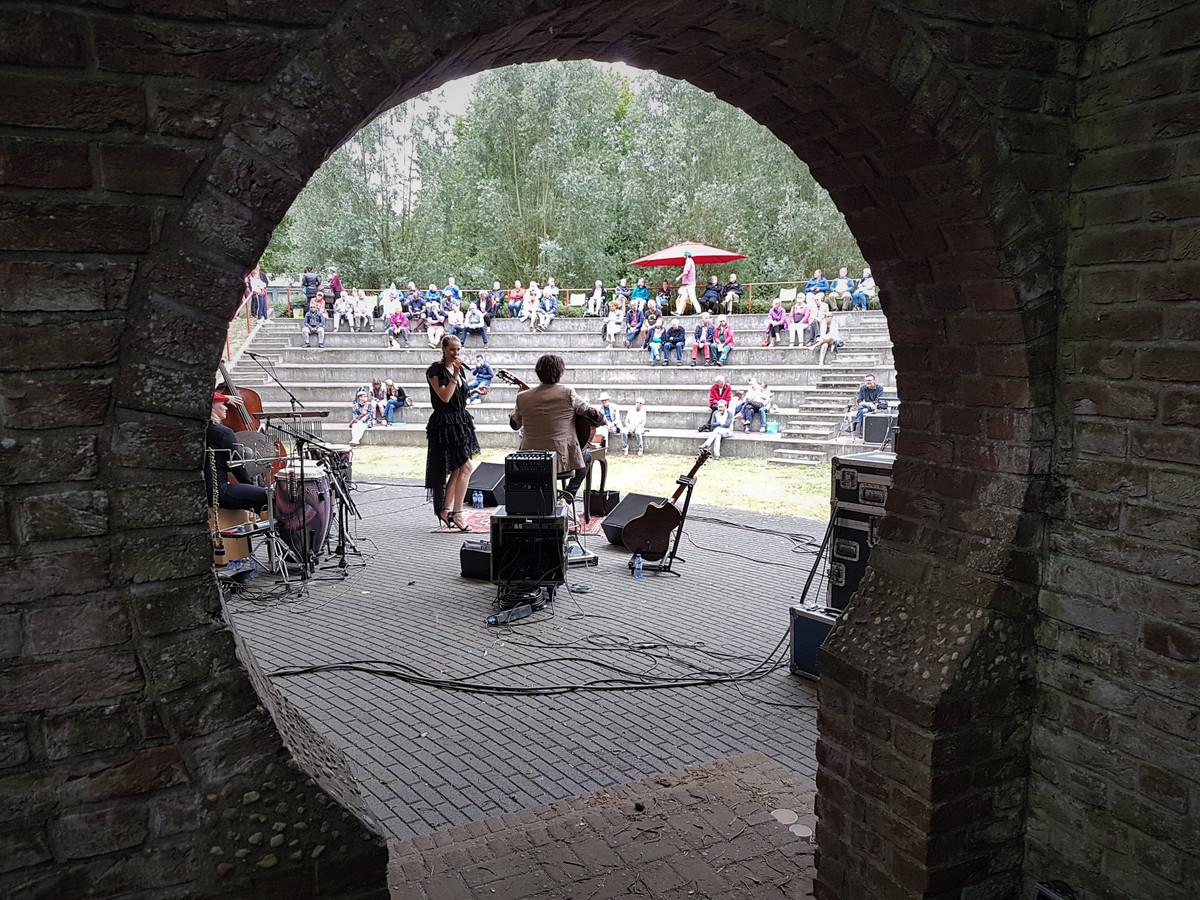 Rubiamorena op het podium van Openluchttheater De Klaproos in Wolfheze.