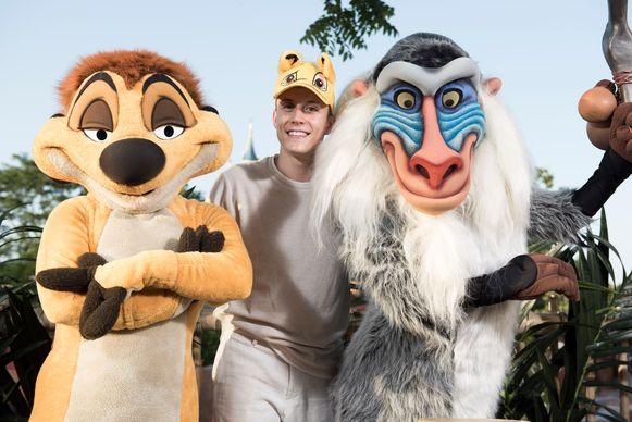 Als je op de foto gaat met figuren uit The Lion King, dan zet je maar beter een Simba-pet op. Dat vindt alleszins zanger Loïc Nottet.
