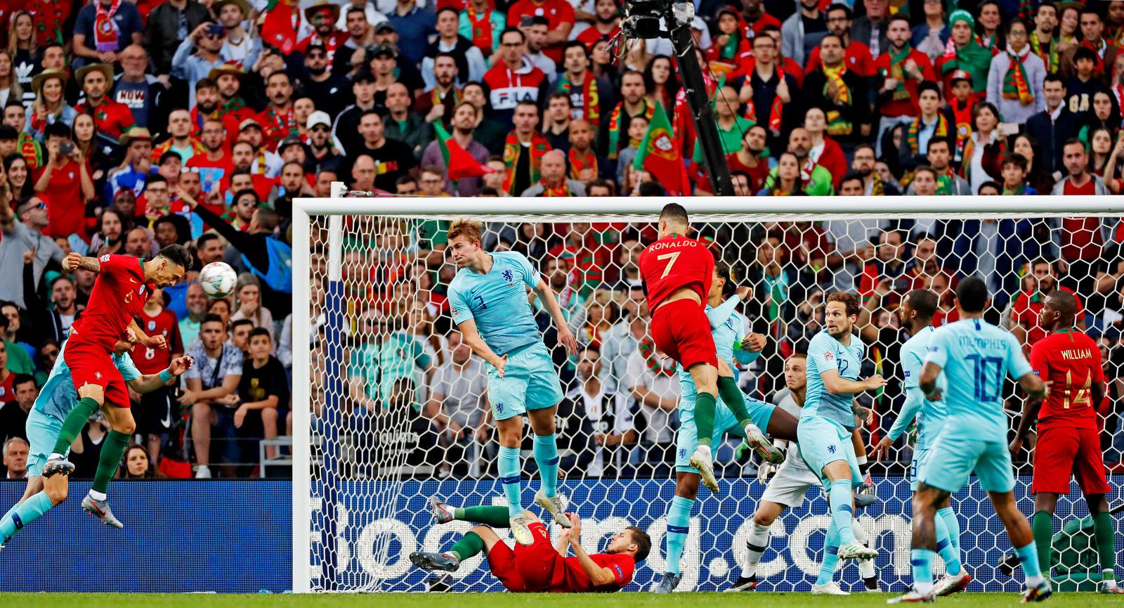 Nations League Fianl Four 2019 Jose fonte kopt. Matthijs de Ligt en Daley Blind staan paraat opa de doellijn om Ronaldo af te stoppen Foto ; Pim Ras