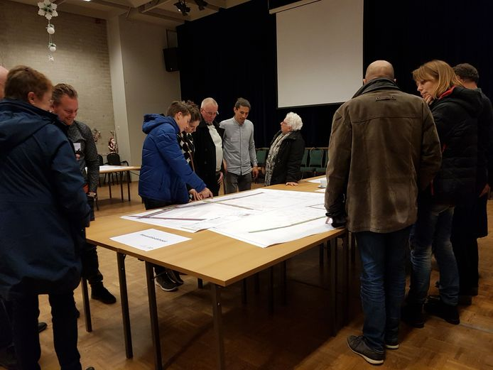 Drukte aan de tafels met de ontwerpen voor de herinrichting van Waalre-West, in december 2018. Diverse wensen en suggesties van de buurt zijn meegenomen in het ontwerp.