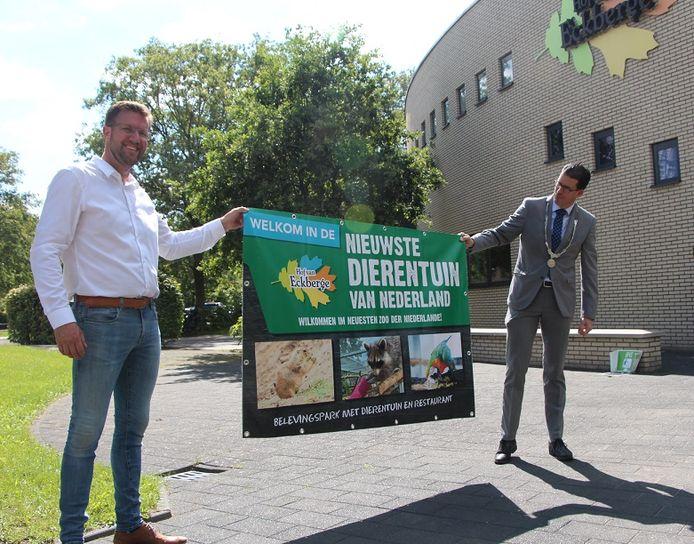 Maarten Reimes (Hof van Eckberge) en burgemeester Joost van Oostrum (Berkelland) met het 'bord' waarop Hof van Eckberge voor het eerst 'dierentuin' heet.