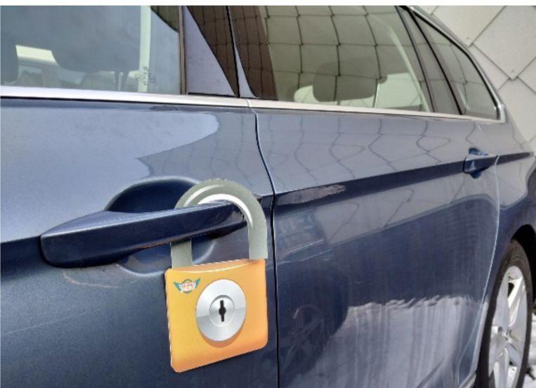 De organisatie hangt sloten aan de portieren van auto's.