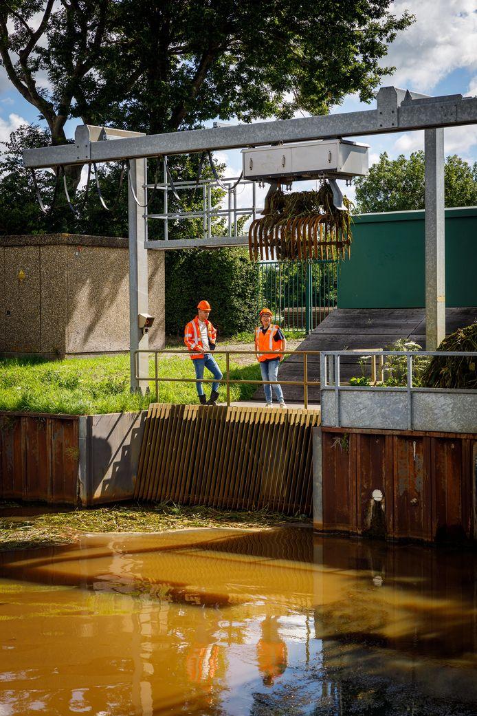Jannick Knol en Marjan Vervoort staan op het gemaal in Giethoorn, dat aan vervanging toe is, zodat er straks flexibel met het water in de omgeving omgegaan kan worden.