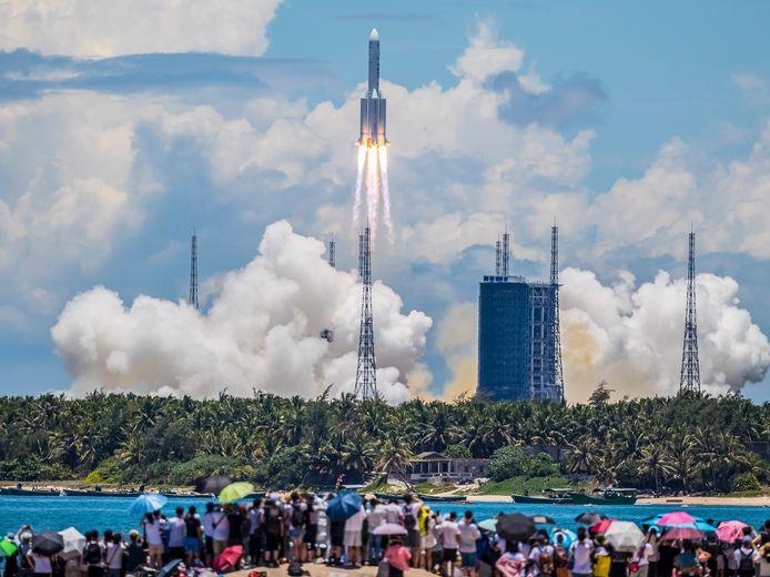 Duizenden enthousiastelingen zagen de Tianwen-1 opstijgen vanaf de basis Wenchang op het eiland Hainan.