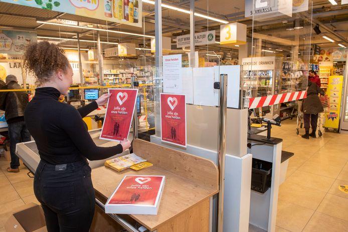 In tientallen supermarkten in de regio liggen de posters om mee naar huis te nemen.