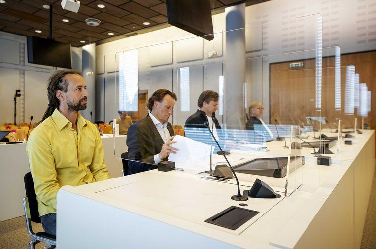 Willem Engel (l), voorman van Viruswaanzin tijdens een zitting van de rechtbank, eerder deze maand. Beeld ANP