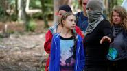 Greta Thunberg laat zich rondleiden door gemaskerde activisten, maar dat schiet in verkeerde keelgat