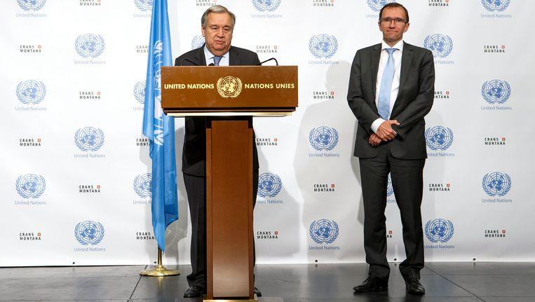 VN-secretaris-generaal Antonio Guterres (links) kondigt aan dat de partijen zonder overeenkomst uit elkaar gaan. Rechts Espen Barth Eide, de speciale VN-adviseur voor Cyprus.